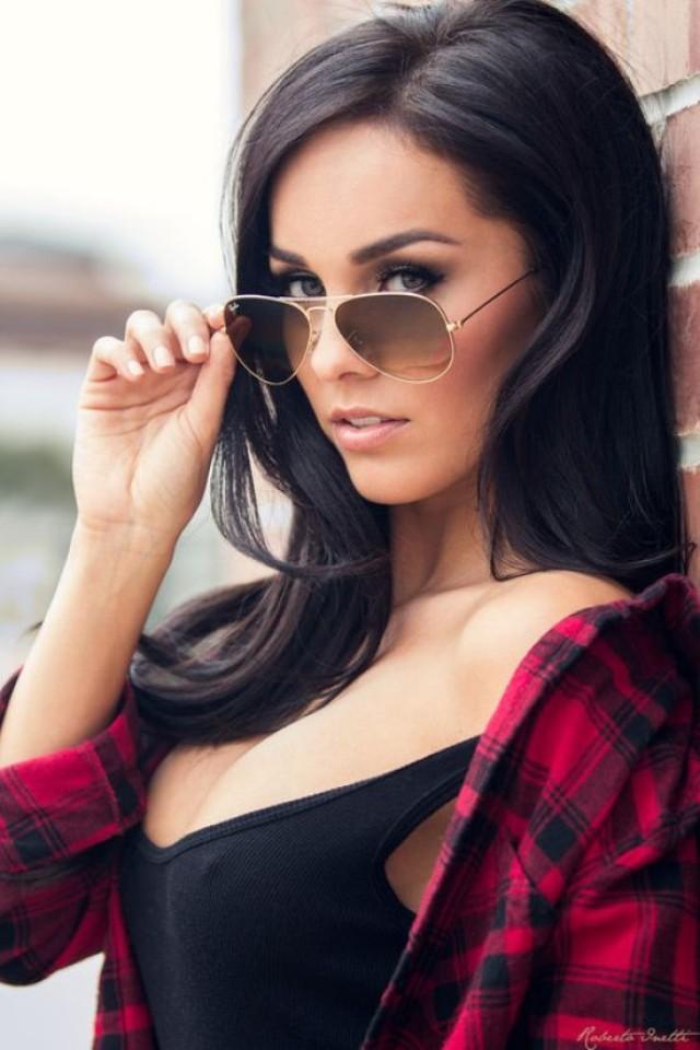Девушка в очках брюнетка на аву в
